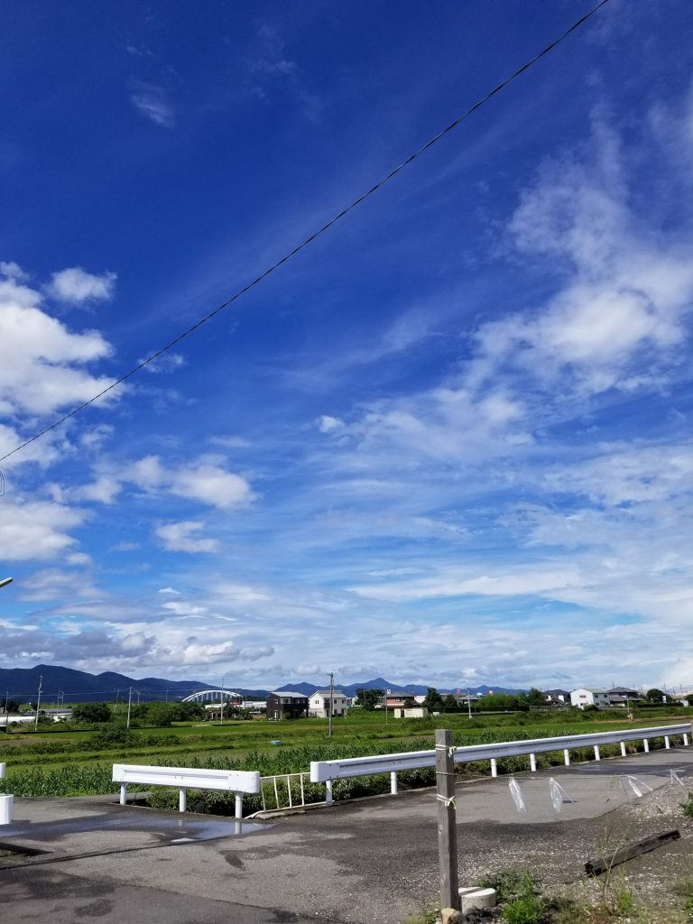 台風一過の蒸し暑いけど綺麗な空